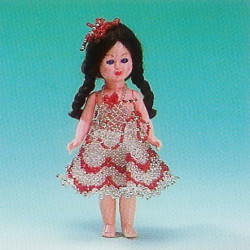 ILA perlemønster 17 cm dukke i sølv kjole med røde striber